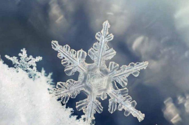 Το χιόνι που πέφτει μερικές φορές δεν είναι φυσικό, αλλά τεχνητό ή βιομηχανικό