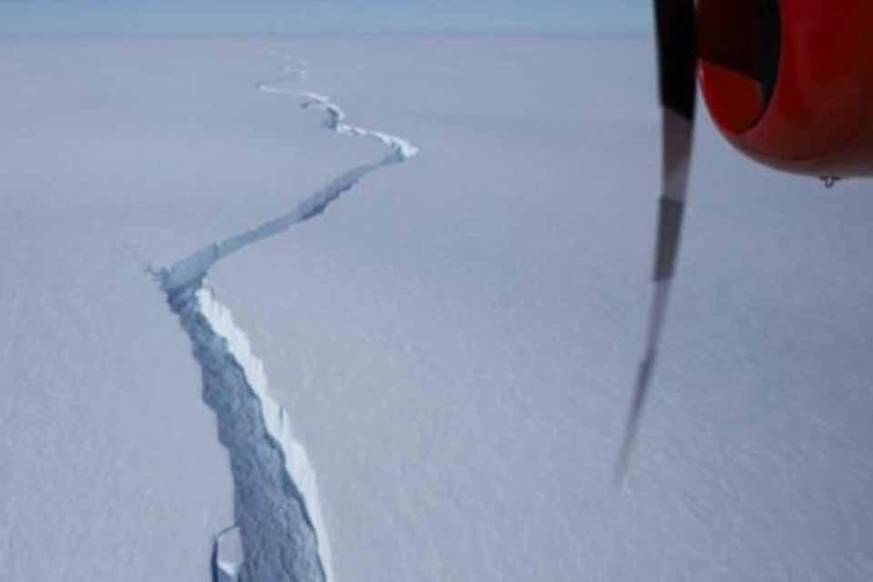 Ένα τεράστιο παγόβουνο, αποσπάστηκε από την Ανταρκτική